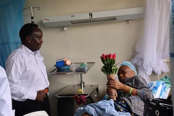 Кенийский флористический совет ободрил пациентов больницы цветами в день Св.Валентина
